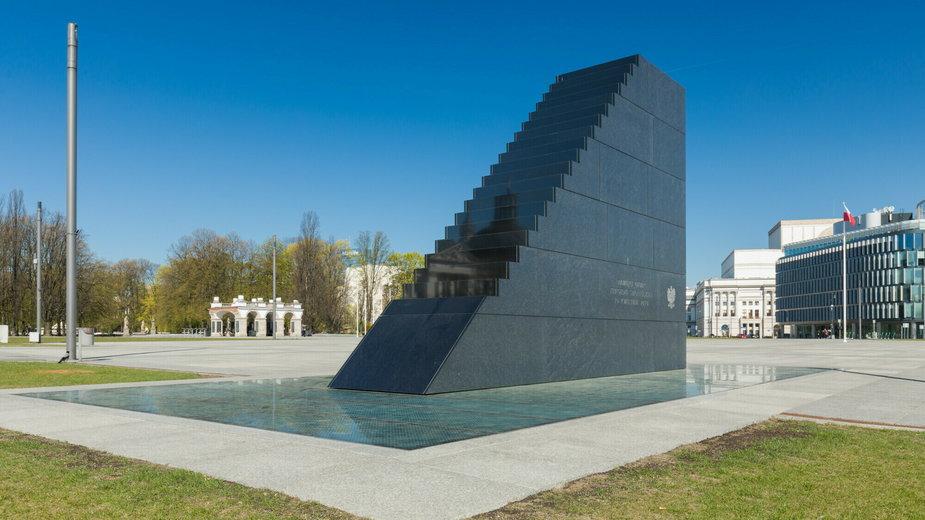 Pomnik upamiętniający ofiary katastrofy smoleńskiej na pl. Piłsudskiego w Warszawie