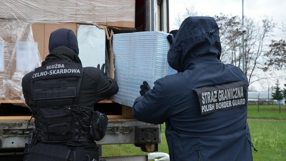 Gigantyczna kontrabanda ukryta była w naczepach dwóch ciężarówek