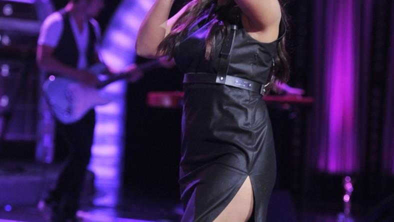 Na festiwalu w Opolu młoda wokalistka wystąpiła w sukience mocno eksponującej nogi...