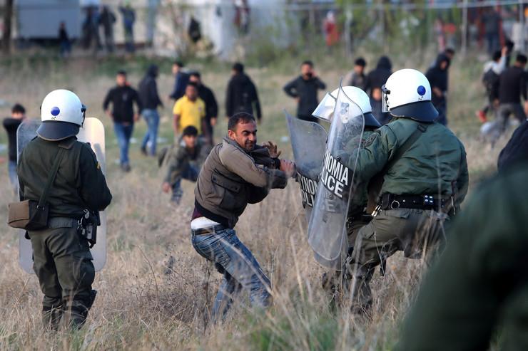 Migranti grčka policija sukobi EPA SOTIRIS BARBAROUSIS