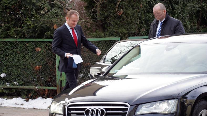 """Premier zasłużył na mandat? """"Fakt"""" pisze, że Donald Tusk został przyłapany na przekroczeniu prędkości. Co ważne, przyłapany przez fotoreporterów, bo mandatu nikt mu nie wystawił..."""