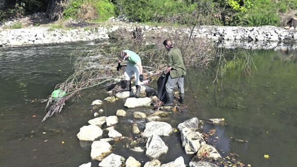 Nesavesni građani bacaju i granje u reku, na kojima se smeće zadržava