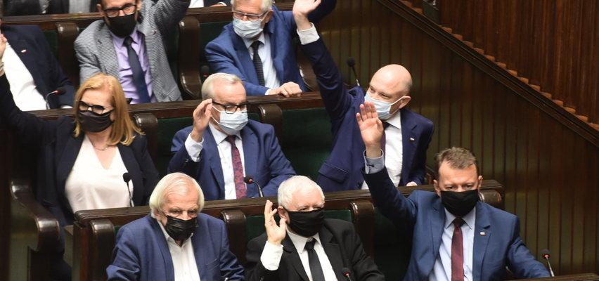 """Ustawa """"lex TVN"""" przyjęta w Sejmie. Wiemy, jak głosowali posłowie"""