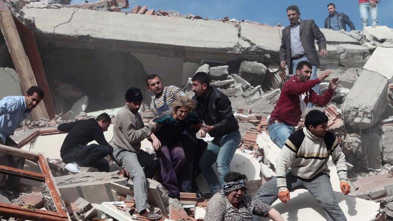 Akcja ratunkowa po trzęsieniu ziemi w Van
