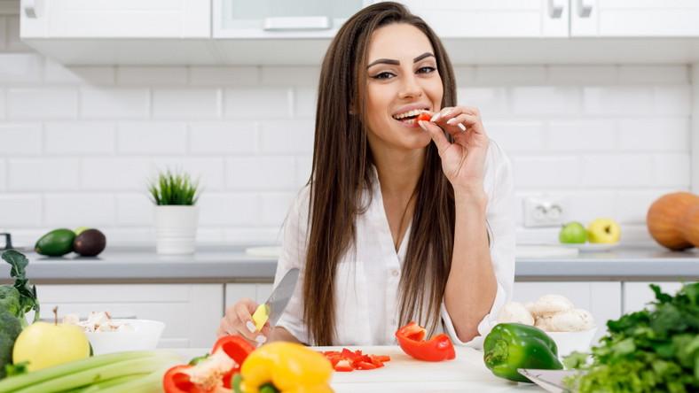 Kobieta kroi warzywa