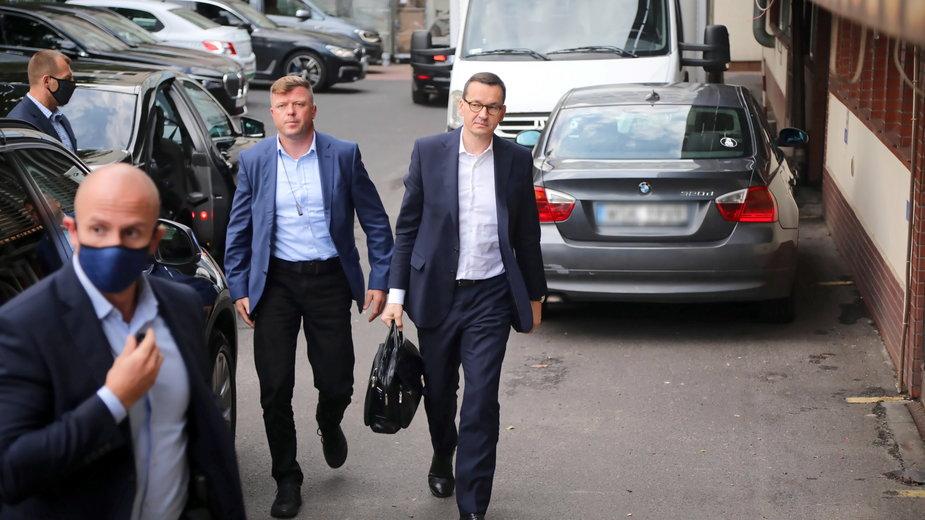 Mateusz Morawiecki w drodze na spotkanie do siedziby PiS