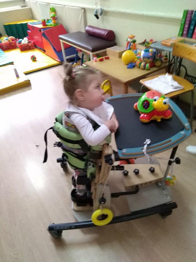 Mia Žikić ne može da stoji i hoda bez pomagala