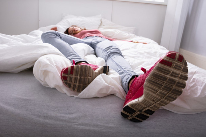 ленивая постель видео ебет мужика