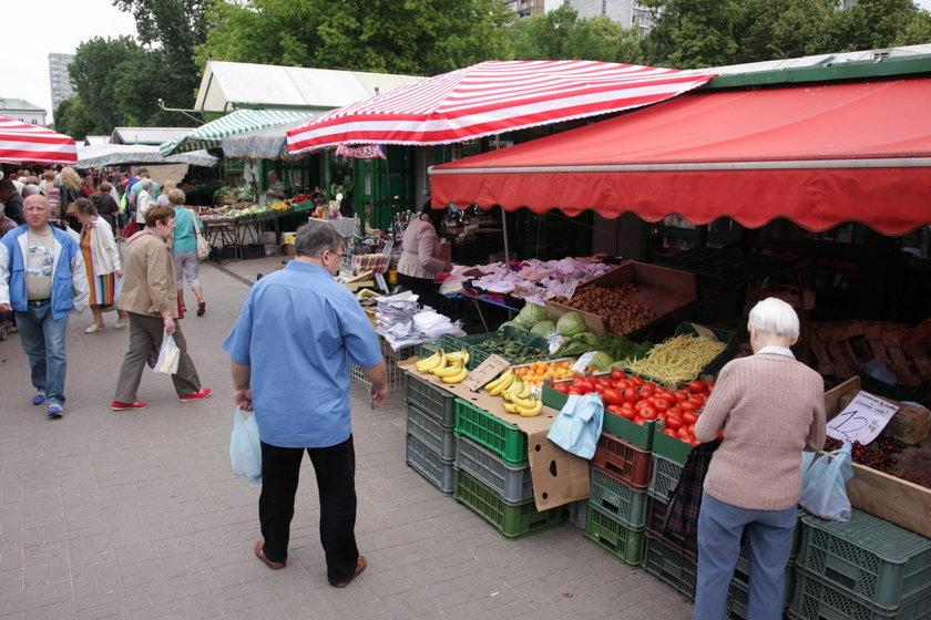 Bazar pod halą Mirowską w Warszawie.