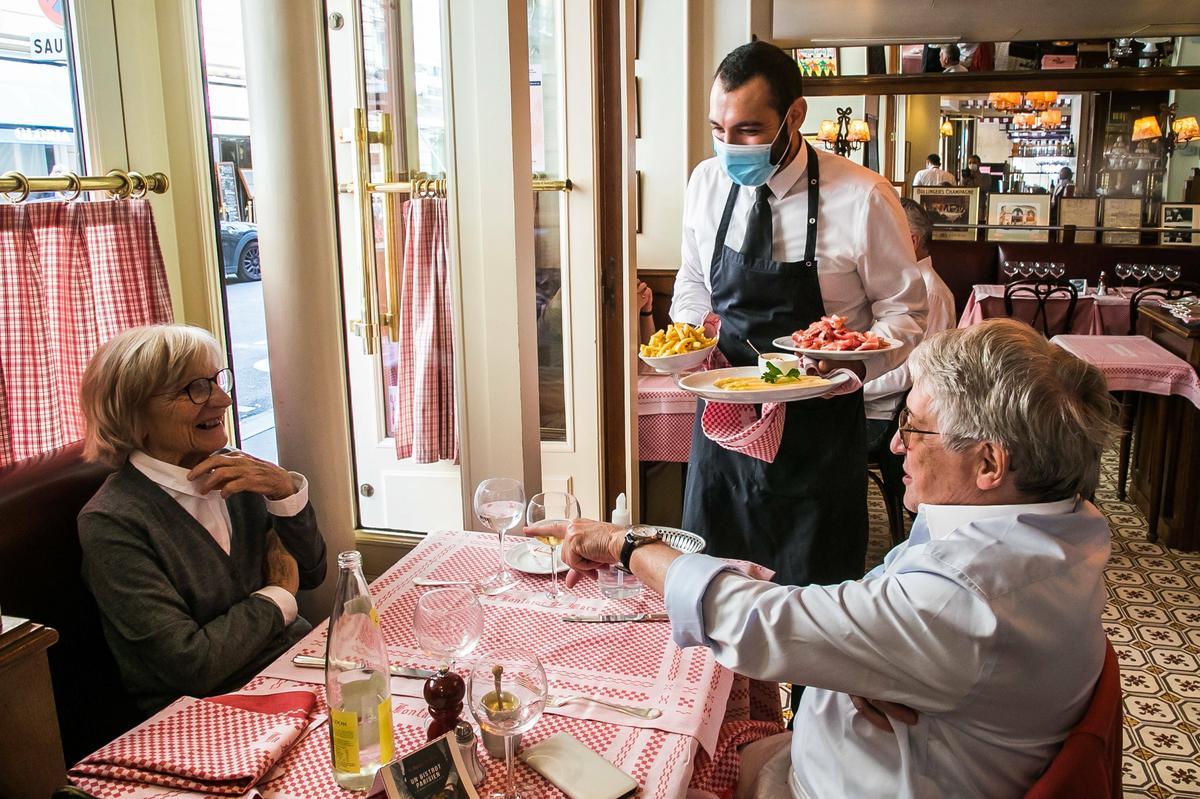 Włochy też zamykają restauracje dla niezaszczepionych. Jak Europa zachęca do szczepień przeciw COVID-19 [MAPA]
