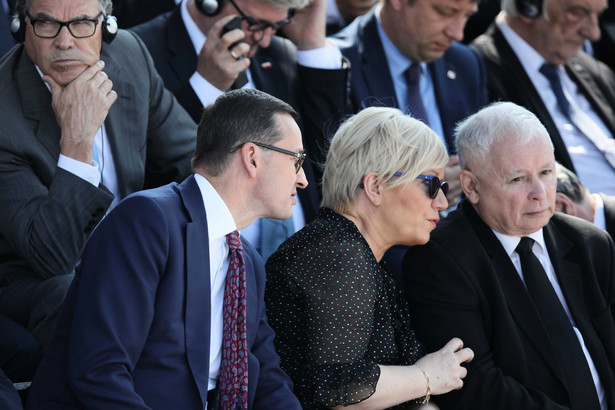 Warszawa, 2019. Uroczystości na Placu Piłsudskiego. Premier Mateusz Morawiecki, prezes TK Julia Przyłębska i prezes PiS Jarosław Kaczyński.