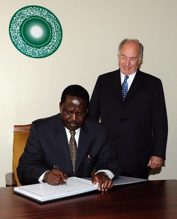 His Highness the Aga Khan watches as Raila Odinga signs the guest book commemorating the Foundation Ceremony of the Aga Khan University Graduate School of Media and Communications in Nairobi..