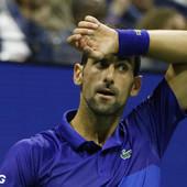 Navijači se zapanjili kada su videli Novaka sede kose i brade i IZBORANOG ČELA! Potpuno pogrešno predviđanje da bi za tri do četiri godine Novak mogao da izgleda ovako /VIDEO/