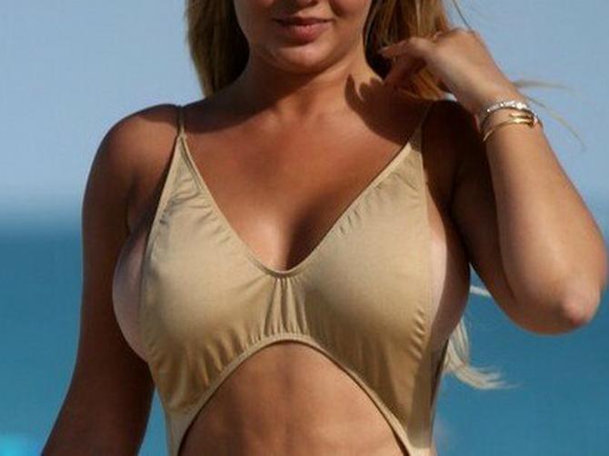 Čim se Anastasija pojavila na plaži, krenulo je PREZNOJAVANJE: A kad je okrenula GUZU U TANGAMA i pesak se istopio!