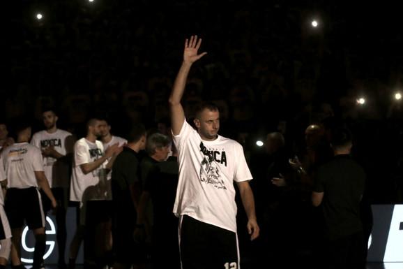 Partizan i košarka, to je stvarno NEŠTO DRUGO I SPECIJALNO! Novica Veličković otišao u penziju pobedom nad prvakom Evrope: Zahvalio bih se crno-belima na svemu što su mi u životu dali