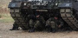 Żołnierze w deszczu czekali siedem godzin. Antoni Macierewicz się nie spieszył
