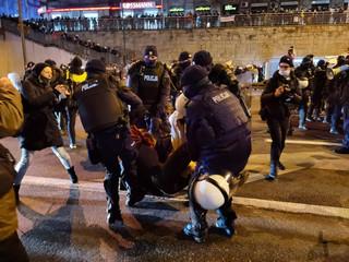 Strajk Kobiet w Warszawie: Zaczęło się pokojowo. Na koniec znowu przepychanki i gaz łzawiący [ZDJĘCIA]