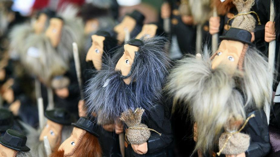 Figurki Żydów do kupienia na odpuście Emaus w Krakowie