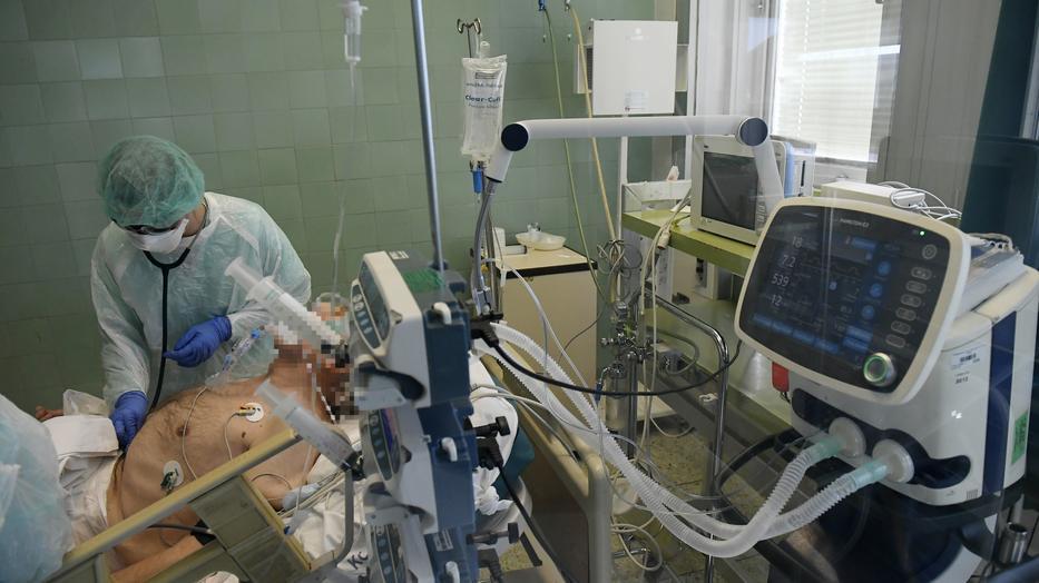 A Covid-19 betegségben szenvedők egy részének szüksége van a lélegeztetésre. /Fotó: MTI - Kovács Tamás