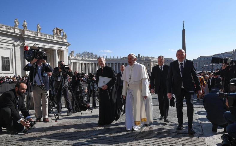 Papież Franciszek przybył na audiencję generalną na Plac Świętego Piotra w Rzymie