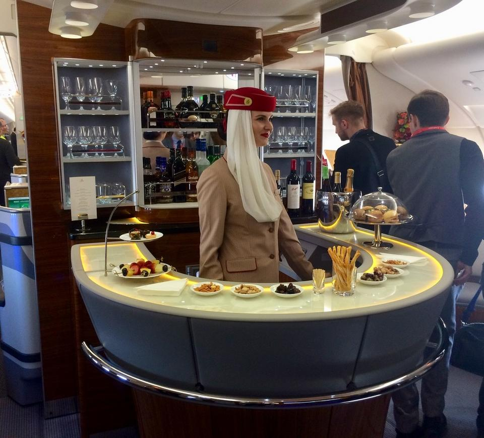 Pobyt na górnym pokładzie rozpoczynamy od baru. Jest dostępny dla pasażerów pierwszej i biznesowej klasy.