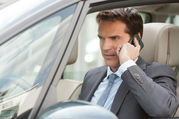 Prvo opomena pa kazna za razgovor tokom vožnje