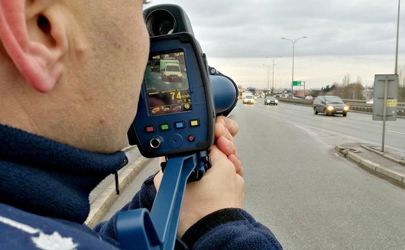Policja uważa, że na filmie nagranym przez miernik LTI 20/20 TruCam można dokładnie zobaczyć sytuację, w której funkcjonariusz dokonywał pomiaru. Dodatkowo, gdy pojazd zbliży się na ok. 70 m, urządzenie wykona zdjęcie. Z instrukcji wynika, że urządzenie umożliwia pomiar nawet z odległości 1200 m, ale zgodnie z zaleceniami policjanci mają używać tego miernika stojąc 300-400 m od samochodu