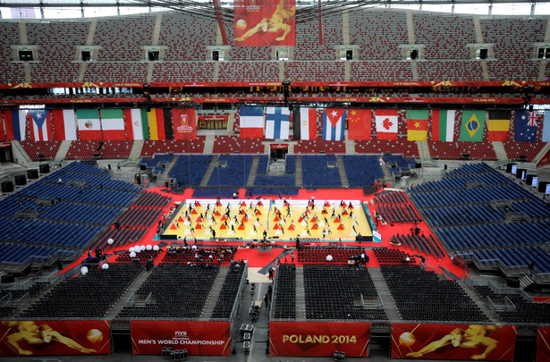 Formacja taneczna VOLT przygotowuje się do ceremoni otwarcia mistrzostw świata siatkarzy na Stadionie Narodowym w Warszwie. Fot. PAP/Bartłomiej Zborowski