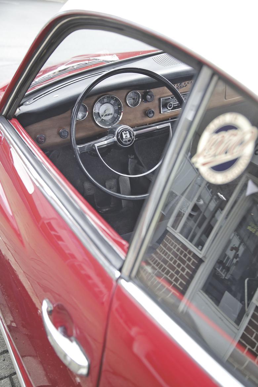 Karmann regularnie zmieniał wygląd kokpitu. Początkowo był lakierowany i miał dwa duże wskaźniki. Później górną część obito czarnym materiałem. Wraz z wprowadzeniem u dołu drewnopodobnej okleiny pojawił się również duży prędkościomierz. W 1971 roku ponownie wprowadzono dwa zegary  w otoczeniu matowoczarnego wykończenia.