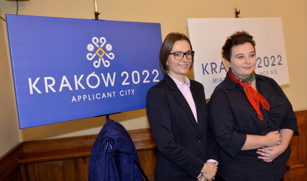 Przewodnicząca Komitetu Konkursowego Kraków 2022 Jagna Marczułajtis-Walczak (L) oraz zastępca Prezydenta Krakowa ds. Kultury i Promocji Miasta Magdalena Sroka (P), podczas prezentacji logotypu Krakowa jako miasta zgłaszającego się do organizacji Zimowych Igrzysk Olimpijskich w 2022 roku. Fot. PAP/Jacek Bednarczyk