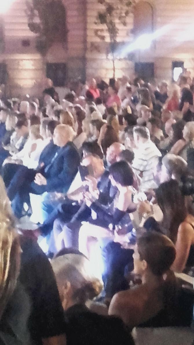 Nebojša snima rekacije publike na Cakanin nastup, pored njega je Kristina Kockar Kija