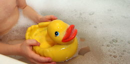 Twoje dziecko bawi się kaczuszką? To pływająca śmierć