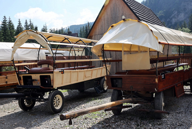 wóz hybrydowy i tradycyjny
