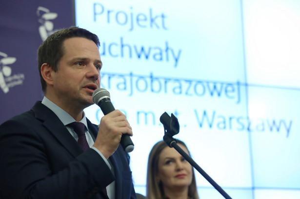 """W kampanii wyborczej jasno mówiłem, że chcemy położyć kres reklamowej """"szyldozie""""; dzięki uchwale krajobrazowej w Warszawie wreszcie zapanuje prawdziwy ład – mówił w czwartek przed obradami Rady Miasta prezydent stolicy Rafał Trzaskowski."""