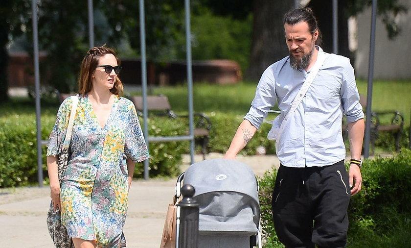 Ilona Ostrowska na spacerze z partnerem i dzieckiem