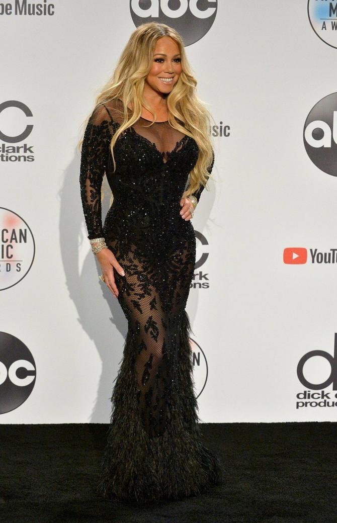 Maraja Keri u izazovnoj crnoj haljini