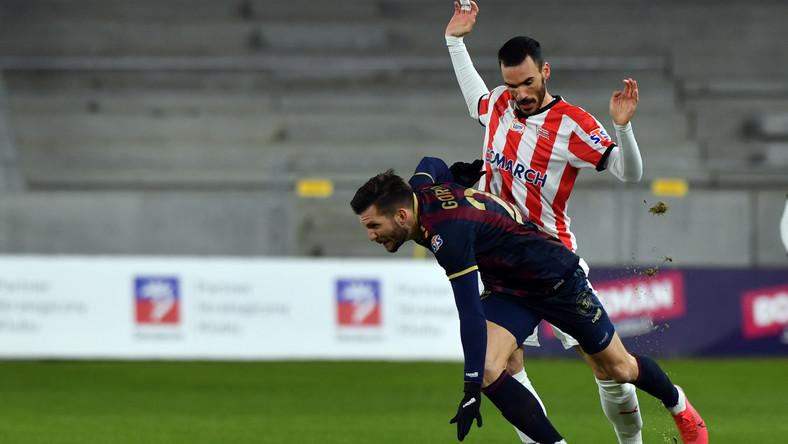 Zawodnik Pogoni Szczecin Alexander Gorgon (L) i Ivan Marquez (P) z Cracovii podczas meczu 16. kolejki piłkarskiej Ekstraklasy