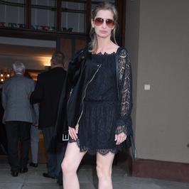Magdalena Schejbal na premierze w bardzo kusej sukience