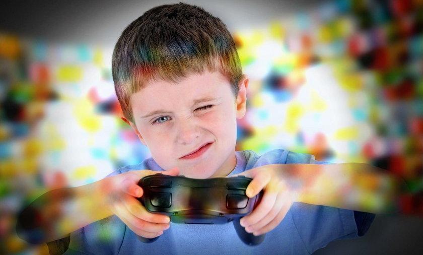 Chłopiec gra na konsoli