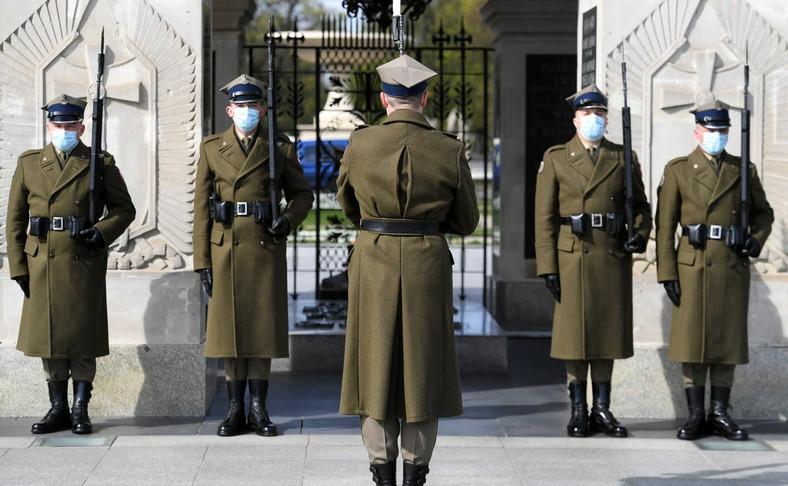 Żołnierze w maseczkach pełnią wartę honorową przy Grobie Nieznanego Żołnierza w Warszawie