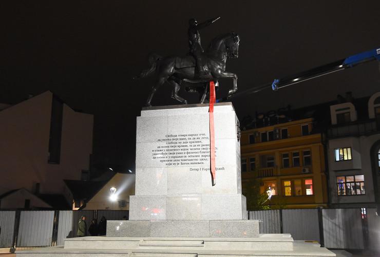 Novi Sad239 postavljanje spomenika Kralju Petru Karadjordjevicu foto Nenad Mihajlovic