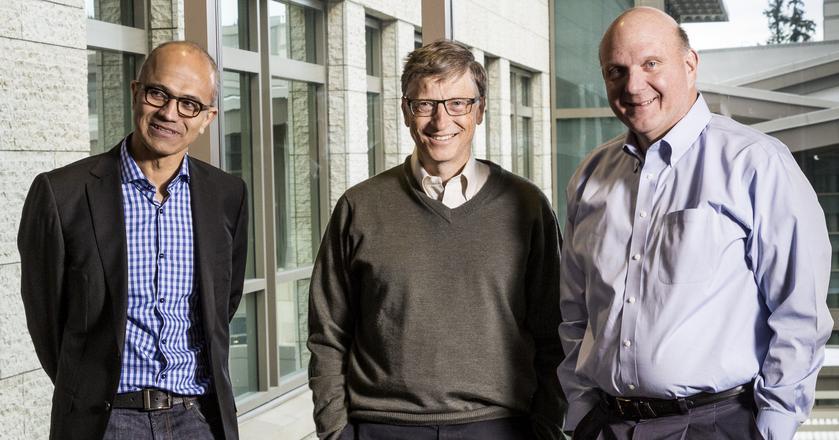 Satya Nadella (l), aktualny prezes Microsoftu i jego poprzednik Steven Ballmer (p). W środku stoi współzałożyciel firmy Bill Gates