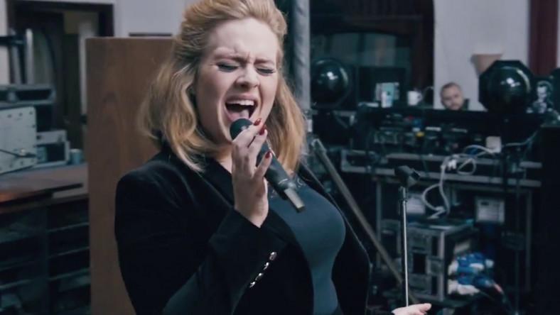 """Płyta """"21"""" przyniosła Adele światowy rozgłos, a na pierwszym miejscu listy Billboardu utrzymywała się (z przerwami) przez 24 tygodnie i nigdy nie wypadła z czołówki –to najlepszy wynik w historii. Co ciekawe, na szczyt znów wróciła cztery lata po premierze, gdy na rynek trafił nowy singiel """"Hello"""", zapowiadający jej następcę – album """"25""""."""