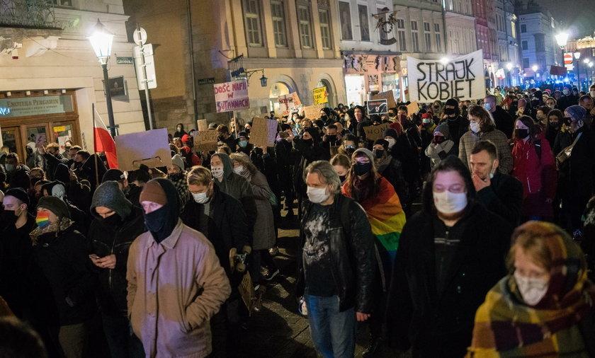 Protest przed kurią i mieszkaniem kard. Stanisława Dziwisza