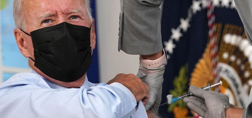 Biden przyjął trzecią dawkę szczepionki. Przed kamerami