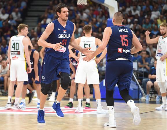 Boban Marjanović i Nikola Jokić na meču Srbija - Litvanija