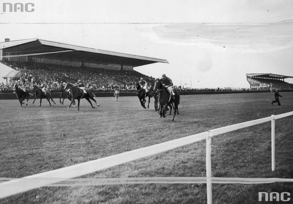 Derby warszawskie na torze wyścigów konnych na Służewcu w Warszawie, 1939 r.