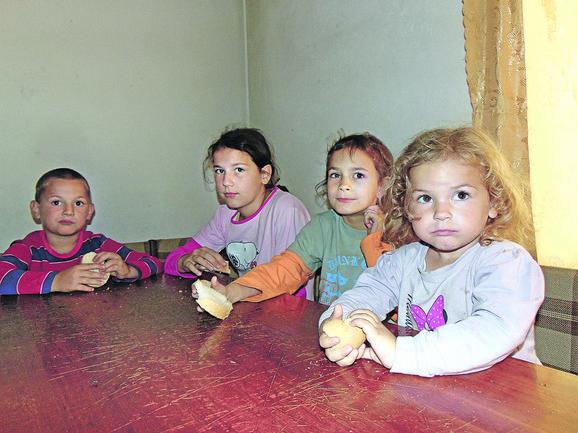 Korica suvog hleba najčešće je obrok ovoj deci