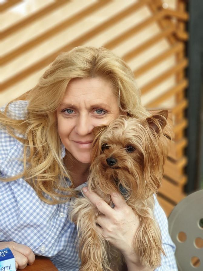 Jasmina sa psićem Hogarom
