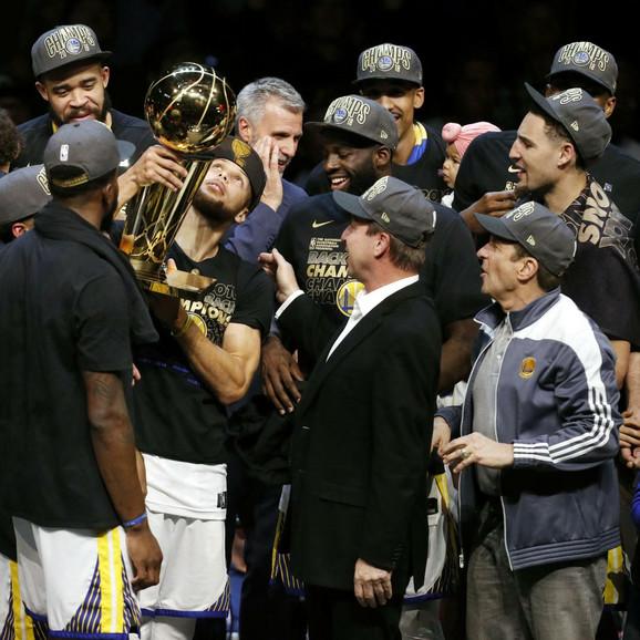Stef Kari sa peharom namenjenim šampionu NBA lige